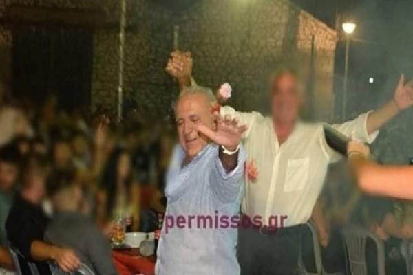 Σάλος για το κορωνο-γλέντι στην Αλίαρτο:  «Δεν σηκώθηκα από το τραπέζι», λέει ο βουλευτής Ανδρέας Κουτσούμπας - Φωτογραφία-ντοκουμέντο που χορεύει (video)