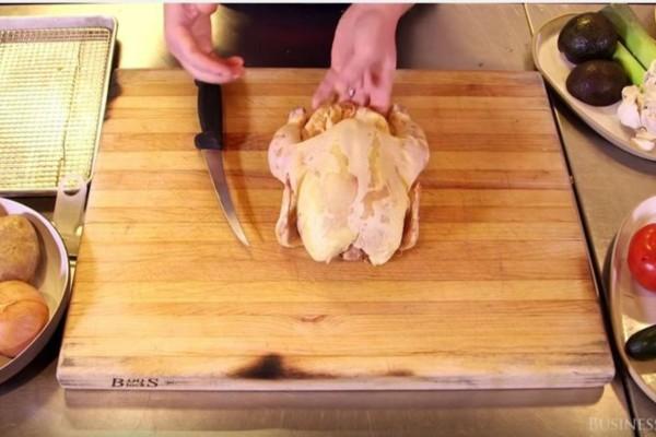 Με αυτόν τον τρόπο θα κόψετε εύκολα και γρήγορα το κοτόπουλο - Δοκιμάστε το