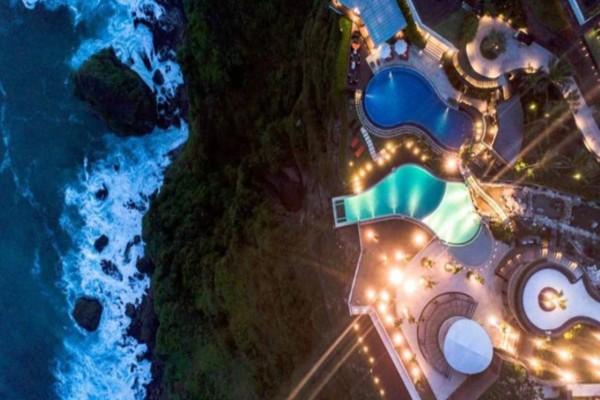 Μπαλί: Ένα εντυπωσιακό ξενοδοχείο χτισμένο στο χείλος του γκρεμού! (video)
