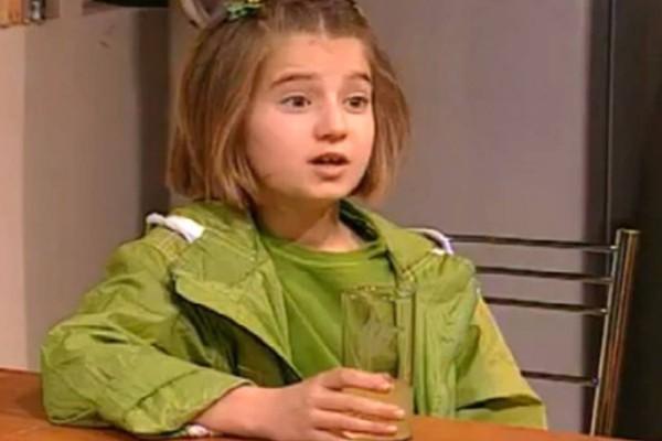 Δεν την αναγνωρίζει ούτε ο Γιάννης Μπέζος: Βρήκαμε την πρώτη Λίλα από το «Άκρως Οικογενειακόν»