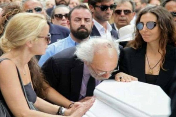 Ζωή Λάσκαρη: Λύγισαν με το περιστατικό στην κηδεία! Τι έκανε ο Λυκουρέζος και δεν μάθαμε ποτέ;