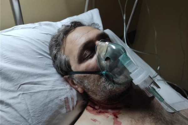 Γι' αυτό σώθηκε ο Στέφανος Χίος: Δείτε τον δημοσιογράφο με τα αίματα να τρέχουν από τον λαιμό του