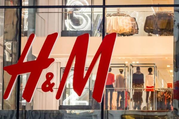 H&M: Αγαπημένο μαύρο μαγιό μόνο με 10,99 ευρώ!