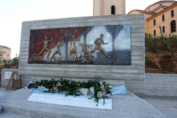 Ανατριχιαστικές στιγμές στις εκδηλώσεις μνήμης στο Μάτι: Συγκλονίζει το μνημείο για τους 102 νεκρούς (photos)