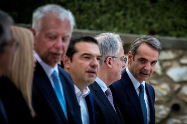 Ενημερώνει τους πολιτικούς αρχηγούς για την κρίση του Αιγαίου ο Μητσοτάκης