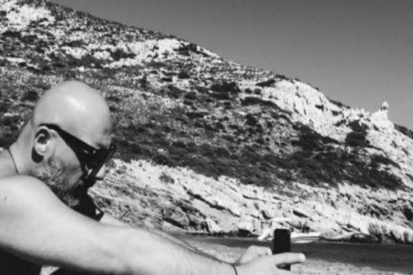 Σάλος με τον Νίκο Μουτσινά: Με αυτή την κουκλάρα «έπαιζε» στην παραλία