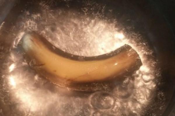 Έβρασε μια μπανάνα και ήπιε το νερό πριν κοιμηθεί - Δείτε τι συνέβη στον ύπνο της (Video)
