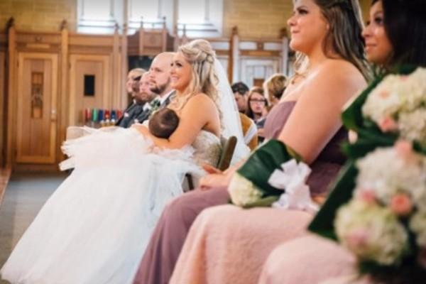 Αυτή η νύφη έχει γίνει viral με αυτό που έκανε στην εκκλησία - Όταν το δείτε θα καταλάβετε