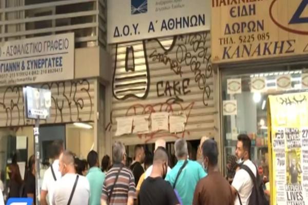 Χαμός στην Α Εφορία Αθηνών: Ο ένας πάνω στον άλλον από τις 3 τα ξημερώματα (video)