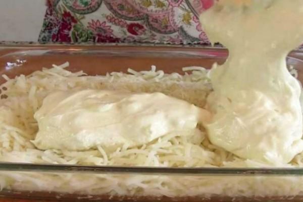 Ρίχνει πάνω στις πατάτες λιωμένα τυριά και τις βάζει στον φούρνο - Πανδαισία γεύσεων