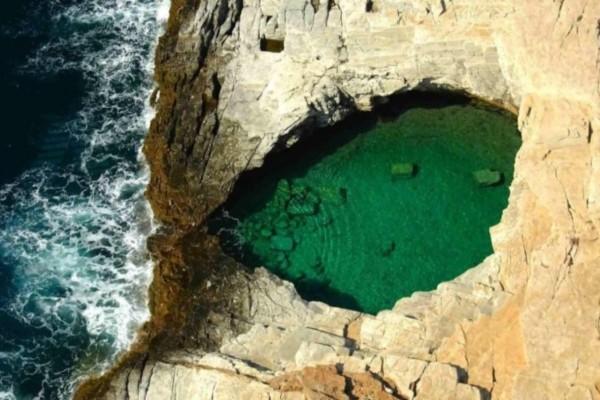 «Το δάκρυ της Αφροδίτης». Η φυσική πισίνα που απέχει μερικά εκατοστά από την θάλασσα