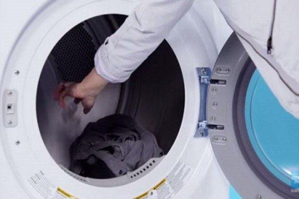 Έβαλε παγάκια μέσα στο πλυντήριο ρούχων και…Θα τρέξετε να το κάνετε και εσείς