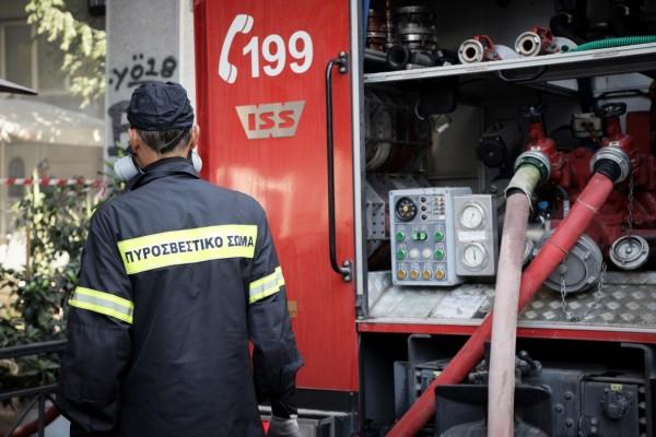 Σοκ στον Πειραιά: Φωτιά σε μαγαζί υπό κατασκευή εγκλώβισε δύο ανθρώπους