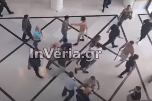Αγριο ξύλο μεταξύ Ρομά στο Δικαστικό Μέγαρο Βέροιας (video)