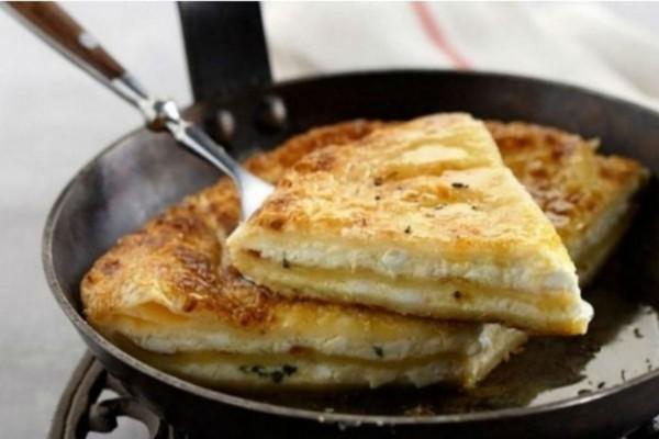 Η πιο εύκολη τυρόπιτα στο τηγάνι έτοιμη στο άψε σβήσε