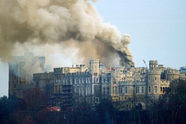 «Σεισμός» στο Buckingham: Ξέσπασε πυρκαγιά στο παλάτι μπροστά στα μάτια της Βασίλισσας Ελισάβετ