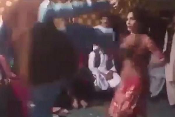 Σοκαριστικό βίντεο: Άντρας κλωτσάει με δύναμη στο στήθος χορεύτρια (Video)