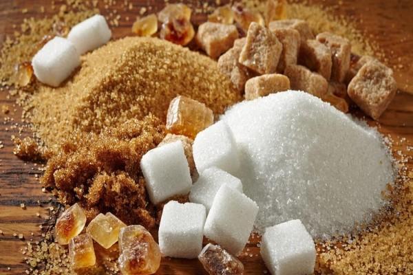 Ώρα να μπει τέλος στο μυστήριο: Είναι η καστανή ζάχαρη καλύτερη από τη λευκή;