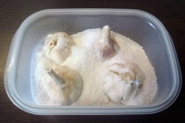 Γέμισε ένα δοχείο με χοντρό αλάτι κι έβαλε μέσα σκόρδο - Ο λόγος θα σας καταπλήξει