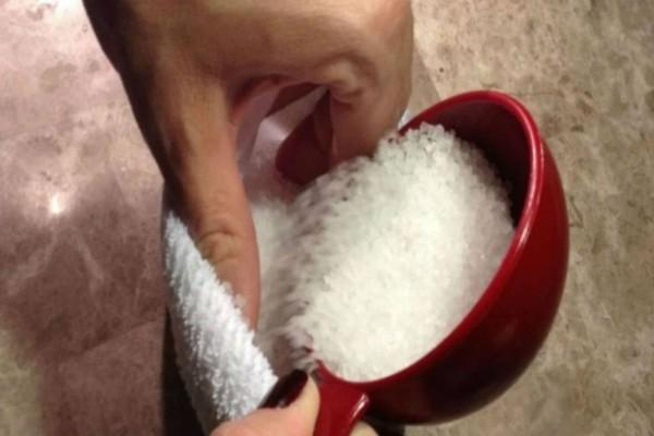 Γέμισε μια κάλτσα με αλάτι και την έβαλε στο τηγάνι - Απαλλάχτηκε από κάτι ανυπόφορο