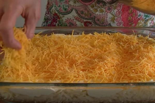 Ρίχνει τυρί πάνω στις πατάτες και τα βάζει στο φούρνο - Το αποτέλεσμα; Λαχταριστό