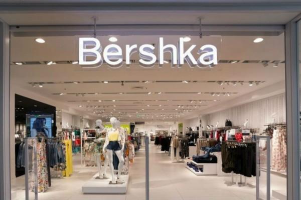 Bershka: Το κολλητό παντελόνι με καμπάνα που ξεπήδηξε από τις εφηβικές μας ντουλάπες κοστίζει μόλις 19,99€
