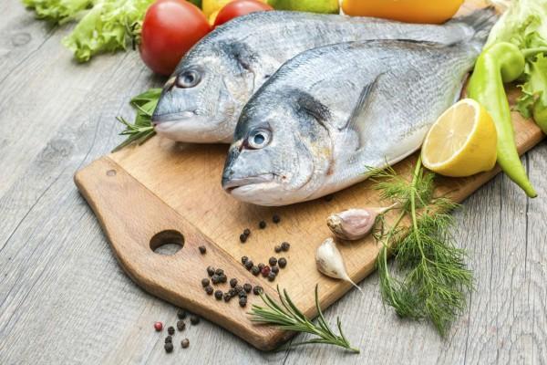 Το κόλπο με το γάλα και το αλάτι για να ξεπαγώσετε τα ψάρια σας σε χρόνο μηδέν