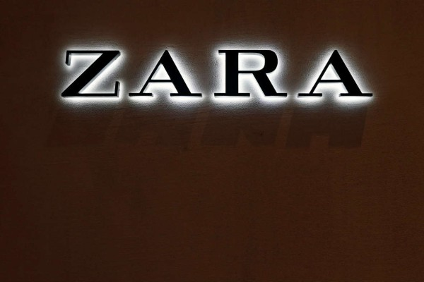 Zara: Αγόρασε το φόρεμα που ξεπουλάει σαν...