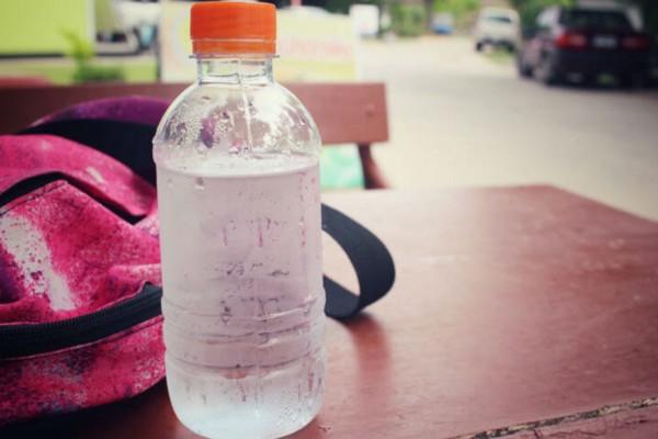 Το πανέξυπνο κόλπο για να διατηρηθεί κρύο το νερό σας για ώρες