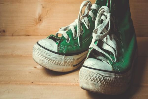 Γέμισε μια λεκάνη με ξύδι και μούλιασε μέσα τα αγαπημένα της παπούτσια - 2 ώρες μετά είδε πως...