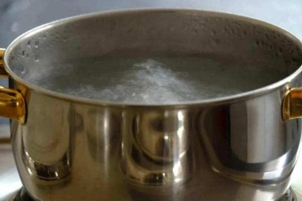 Μέσα στο βραστό νερό προσθέτει μαγειρική σόδα - Ο λόγος; Δε φαντάζεστε