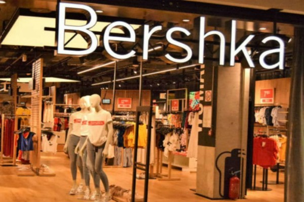 Bershka: Το στράπλες τοπάκι που θα φοράς από το πρωί μέχρι το βράδυ κοστίζει μόλις 8 ευρώ