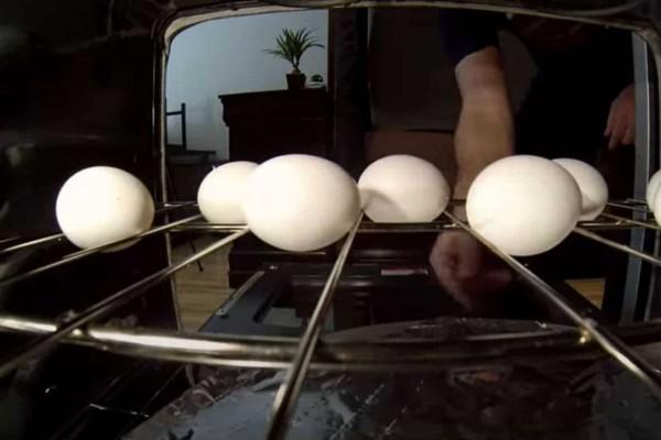 Βάζει αλουμινόχαρτο στο φούρνο και τοποθετεί τα αυγά από πάνω - Το αποτέλεσμα; Εκπληκτικό