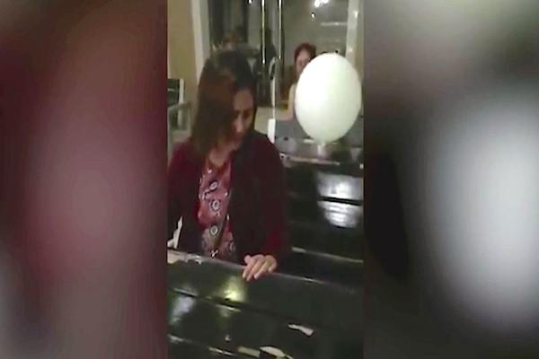 30χρονη μητέρα έκλαιγε με λυγμούς στη κηδεία του γιου της - Όταν παρατηρήσετε το μπαλόνι...θα ανατριχιάσετε