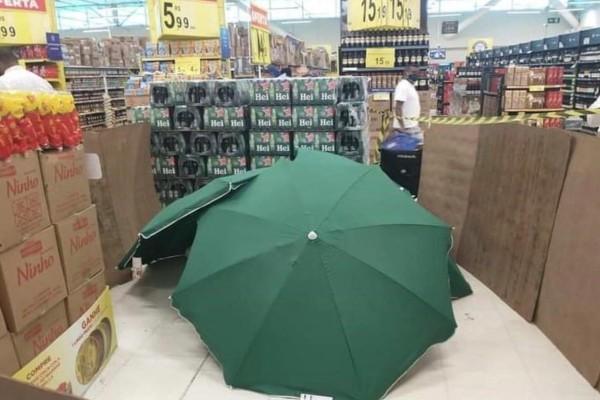 Αδιανόητο: Πέθανε στο σούπερ μάρκετ και... τον σκέπασαν με ομπρέλες