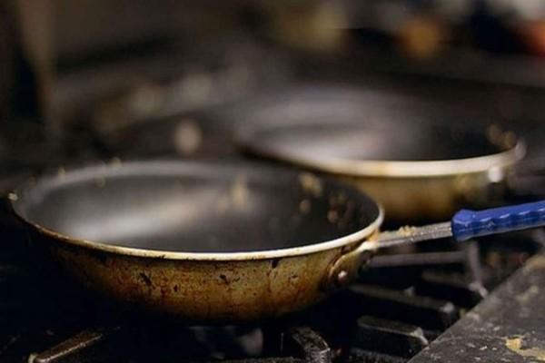 Γέμισε με ξύδι το καυτό τηγάνι και έλυσε το πρόβλημα κάθε νοικοκυράς