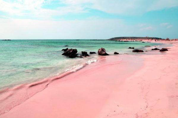Το ονειρικό νησί με τα τιρκουάζ νερά και τη ροζ άμμο