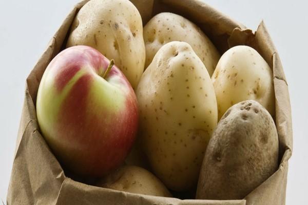 Έβαλε ανάμεσα στις πατάτες ένα μήλο - Μόλις δείτε το λόγο θα τρέξετε να το κάνετε