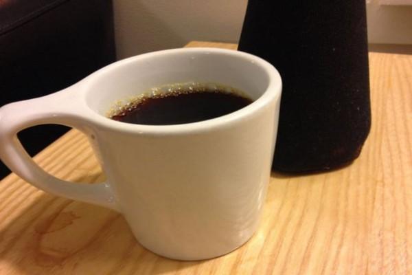 Ρίχνει καφέ μέσα στο πλυντήριο των ρούχων - Θα τρέξετε να το κάνετε και εσείς