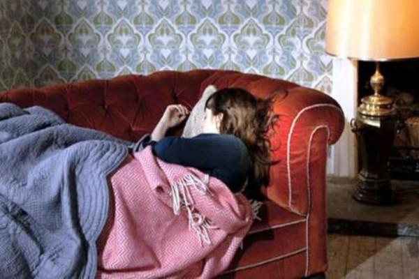 Ένα πρωί βρήκε την κόρη του να κοιμάται δίπλα σε έναν άγνωστο άνδρα - Η αντίδραση του θα σας σοκάρει