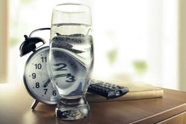 Πίνετε το πρωί νερό με άδειο στομάχι; Δείτε τι παθαίνει το σώμα σας