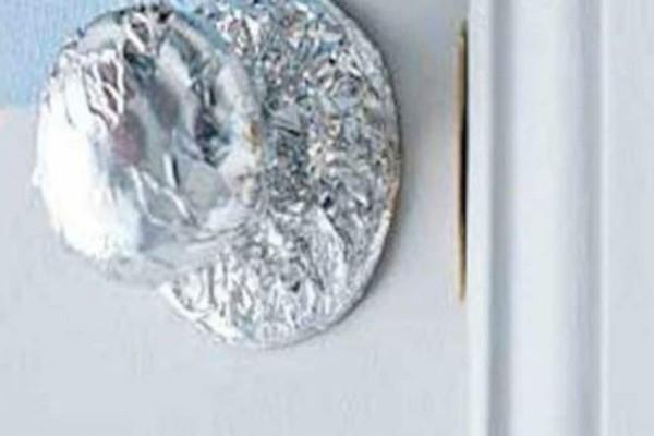 Τύλιξε με αλουμινόχαρτα τα πόμολα από όλα τα συρτάρια - Ο λόγος θα σας καταπλήξει