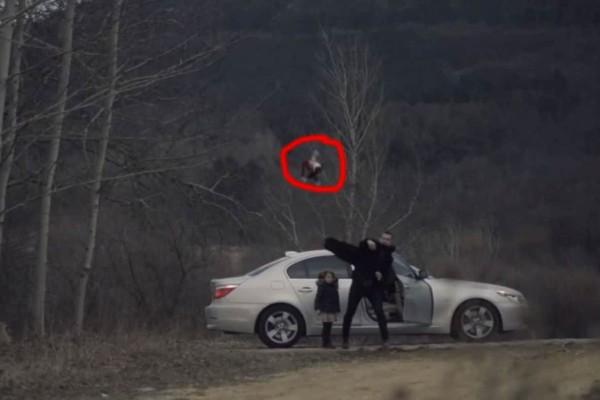Πατέρας πετάει έξω από το αυτοκίνητο μια κούκλα - Όταν κοιτάζει πίσω στον καθρέφτη... (Video)