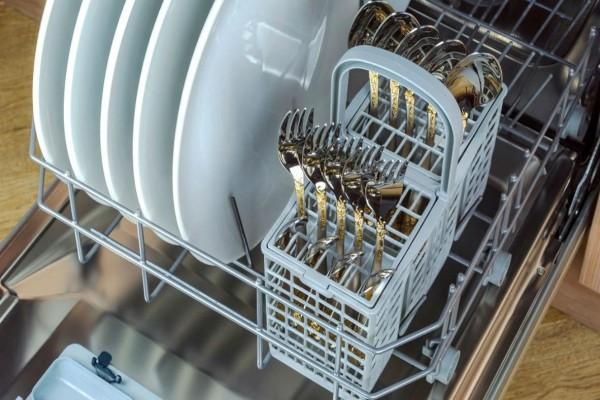 Προς τα πάνω ή προς τα κάτω; Αυτός είναι ο σωστός τρόπος για να βάζεις τα μαχαιροπίρουνα στο πλυντήριο