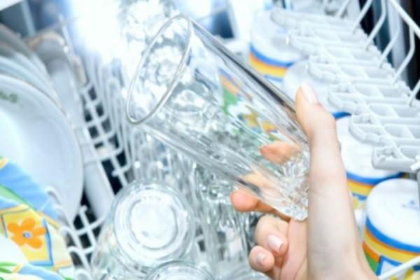 Το απόλυτο τρικ για να λάμψουν ξανά τα ποτήρια που θάμπωσαν από το πλυντήριο
