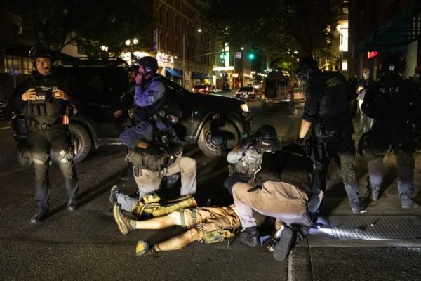 Πλήρες χάος στις ΗΠΑ: Νεκρός διαδηλωτής στο Πόρτλαντ