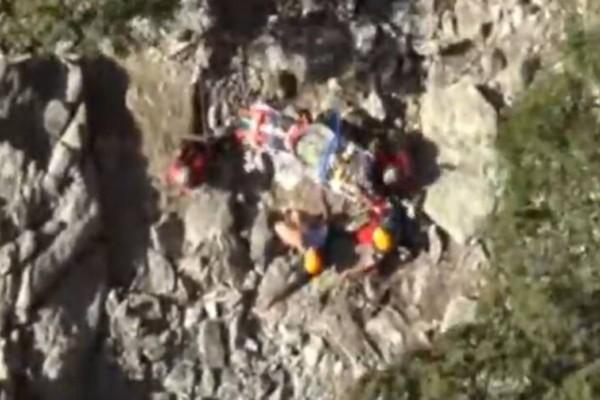 Φοβερό βίντεο: Έτσι έσωσε η Αεροπορία ορειβάτη σε χαράδρα της Σαμοθράκης