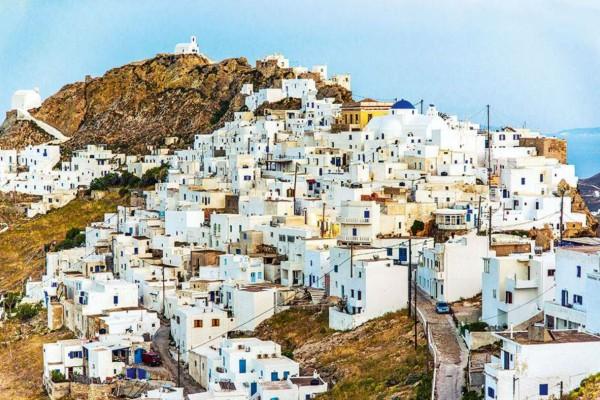 Σκέτη μαγεία: Το ολόλευκο νησί των Κυκλάδων με την επιβλητική θέα