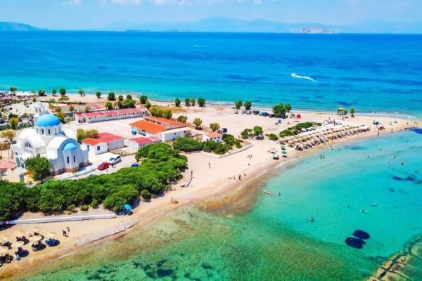 Οικονομικό και δίπλα στην Αθήνα: Το νησί με τις παραλίες που θα σας πάρουν το μυαλό