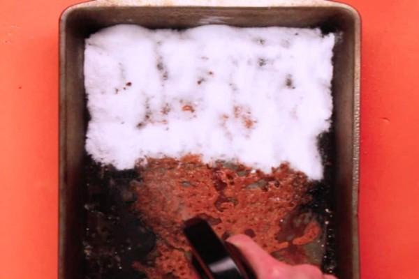 Άπλωσε μαγειρική σόδα σε ένα ταψί και το ψέκασε με οξυζενέ - Το μυστικό που θα λύσει τα χέρια κάθε νοικοκυράς